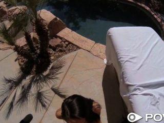 Povd chica se folla fuera por la piscina