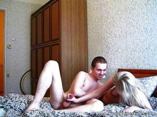 Leyendo kama sutra hace pareja joven córnea