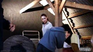 Patrona joven golpea el culo de su empleada de limpieza