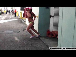 Tiras locas de la muchacha del motorista de la playa en público