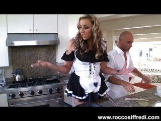 La criada atractiva consigue rizada con la comida y el facial