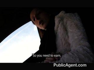 Publicagent jengibre chica folla a un extraño