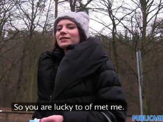 Publicagent sexo al aire libre con una mujer sexy