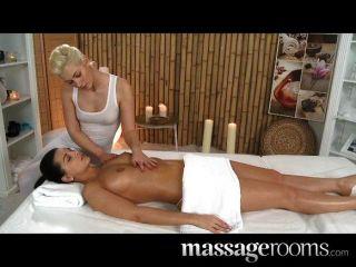 Salas de masajes dos lesbianas con cuerpos calientes