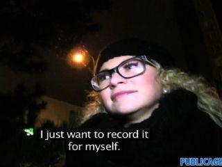 Publicagent rubia de cabello rubio en gafas