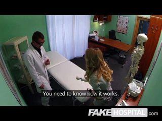 Falsa hospital rubia hermosa representante de ventas