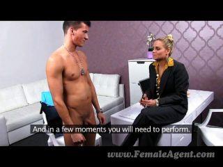 Femaleagent perno nervioso contra milf caliente