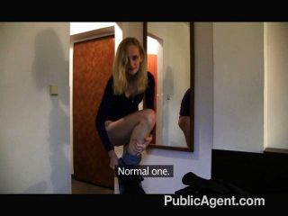 Publicagent rubia flaca follada en un hotel