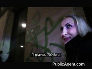 Publicagent sexy rubia con culo firme
