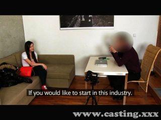 Casting linda joven morena folla en el casting