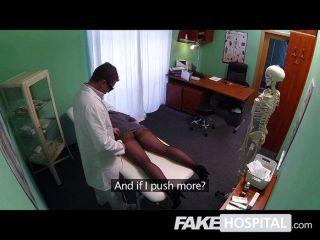 Falsa morena del hospital con un vibrador