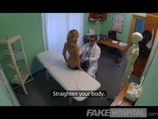 Médico de hospital falso ofrece descuento rubia