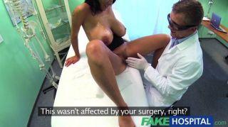 Los doctores del hospital se vuelven para obtener sus manos