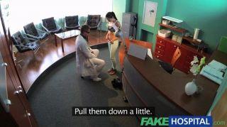 Fakehospital sexy paciente inclinado sobre