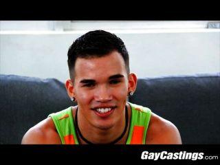 El estudiante de medicina gaycastings juega al doctor en la cámara