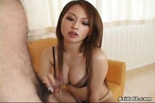 Caliente nena japonesa da tit trabajo seguido por