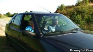 Vieja perra obtiene clavado en el coche por desconocido