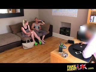 Trío de la ruleta sexual en el sofá de fundición