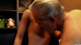 Agradecida joven puta gracias abuelo con el sexo