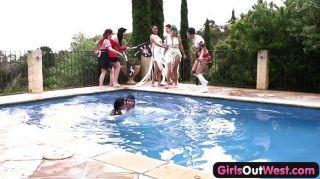 Chicas fuera orgía de la piscina lesbianas del oeste
