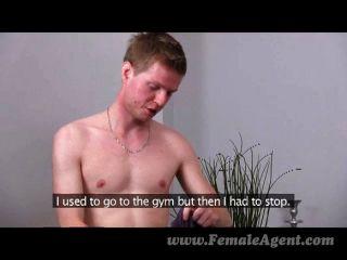 Femaleagent skinny stud cumple con milf agente