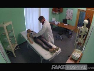 Fakehospital sexy británico paciente traga