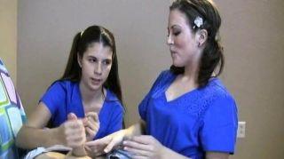 Dos enfermeras de leche de su paciente