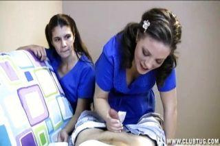 Dos enfermeras sacuden a un paciente