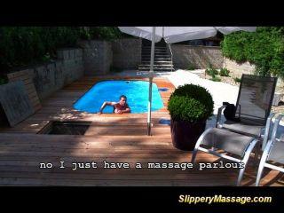 Niño de piscina disfruta de un masaje nuru resbaladizo