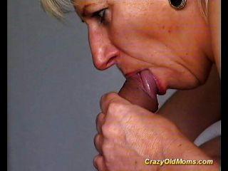 La vieja mamá loca consigue follada difícilmente