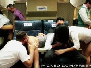 Caliente orgía asiática en un avión