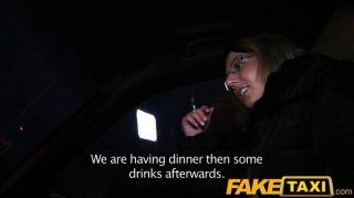 Faketaxi rubia obtiene su kit en taxi