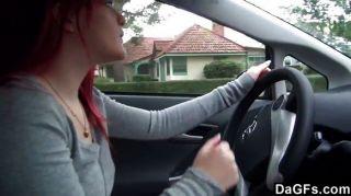 Pelirroja emo mostrando tit en coche
