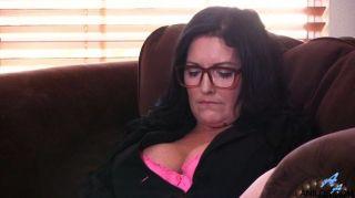 Mamá bigtit tiembla con orgasmo intenso