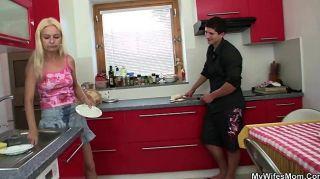 Sexo que hace trampa en la cocina con la suegra