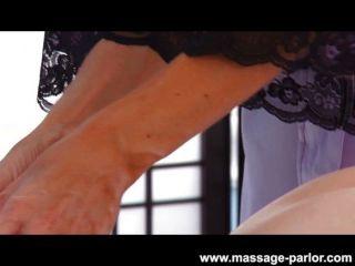 Kira sinn obtiene un masaje de labios de la India