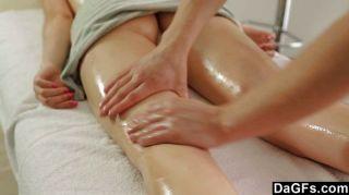 El masaje adolescente se convierte en sexo sensual