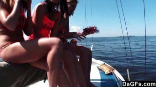 Tres adolescentes un barco