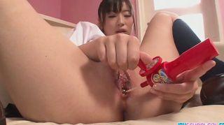 Asiática colegiala placer su twat con un juguete