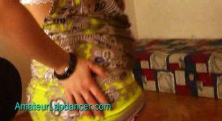 Adolescente embarazada hace lapdance y tira