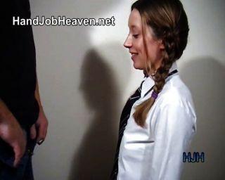 Pigtailed niña de la universidad da un handjob