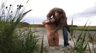 Rubia perra correa y azotado en la playa