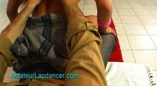 Chica tetona con piercings íntimos lapdances