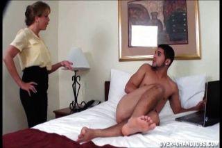 Milf sacude a un joven desnudo