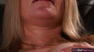 Húmeda rubia amateur se juega a un orgasmo