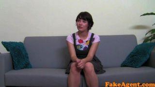 Fakeagent cute girl toma la primera vez facial