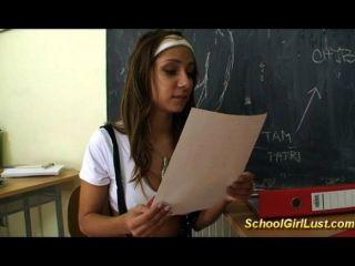 Colegiala desagradable folla a su maestra