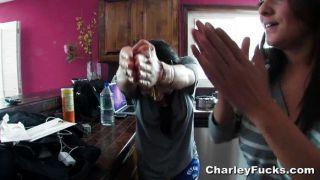 Charley chase obtiene una pequeña ayuda anal
