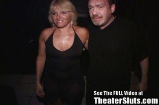 Milf gangbanged en un teatro porno