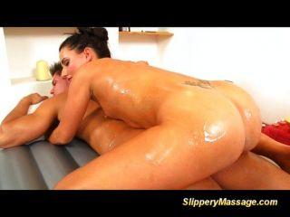 Sexy masaje y tirón deslizante morena